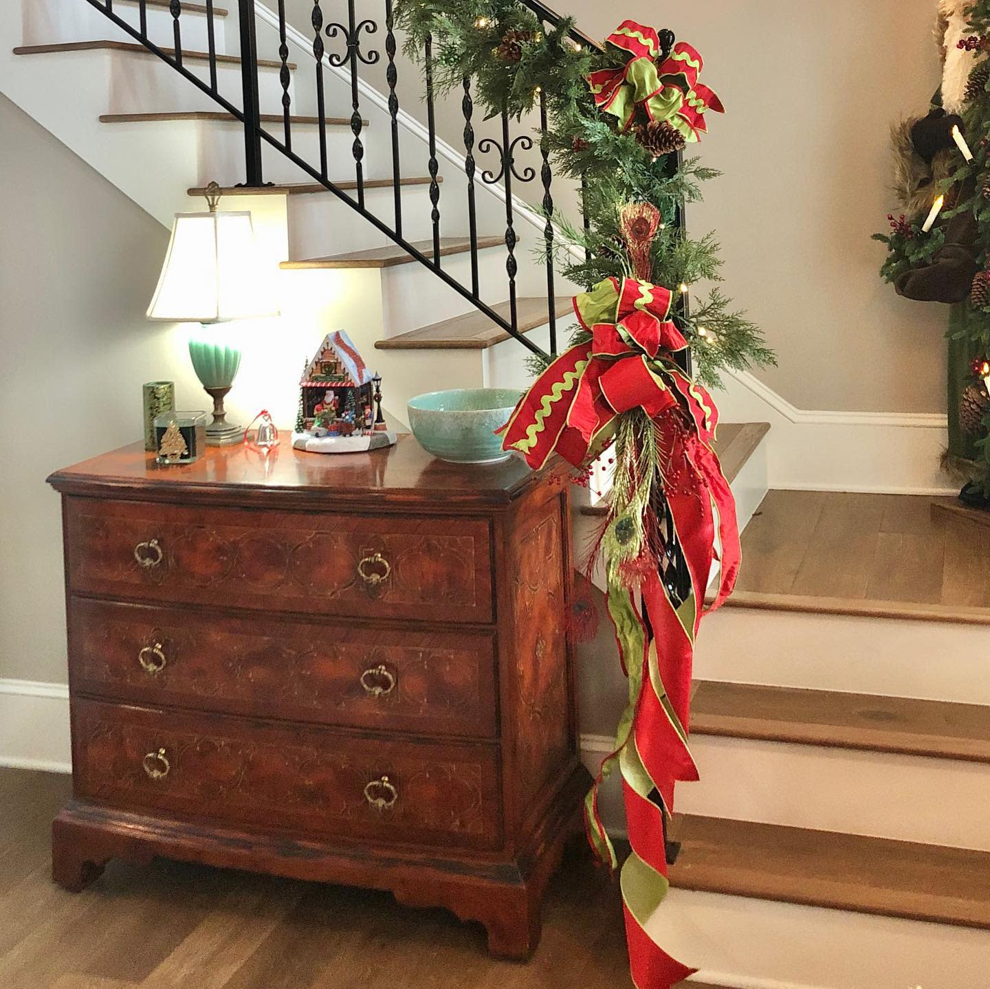 Foyer Christmas Decorating Ideas -theempoweredhome