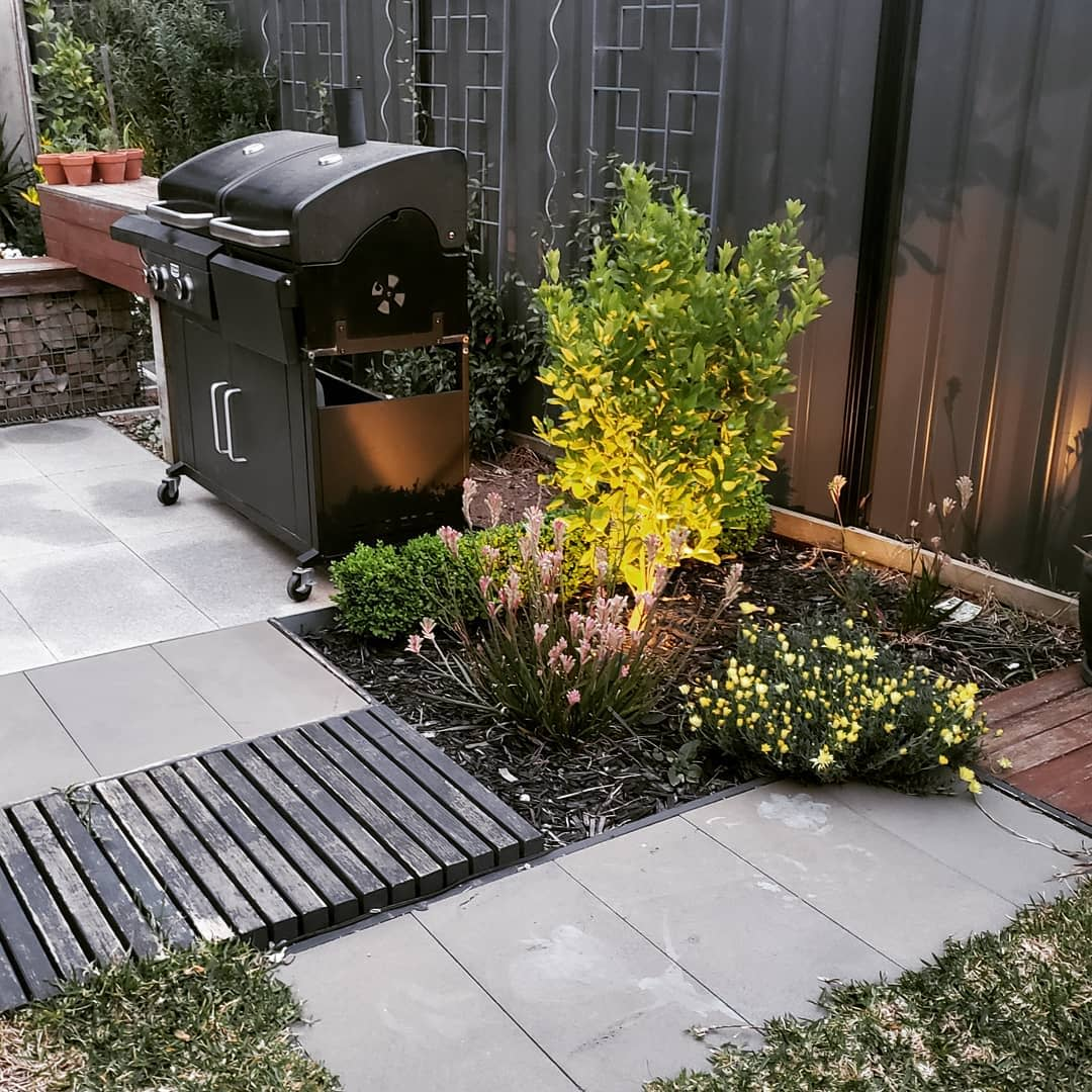 Backyard Simple Landscaping Ideas -charcoal_09