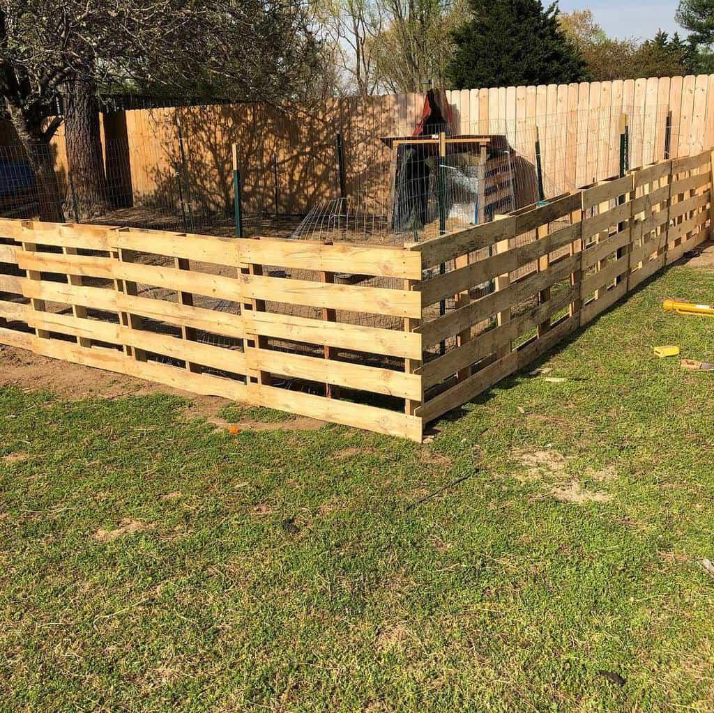 Backyard Pallet Fence Ideas -thebroodybantam