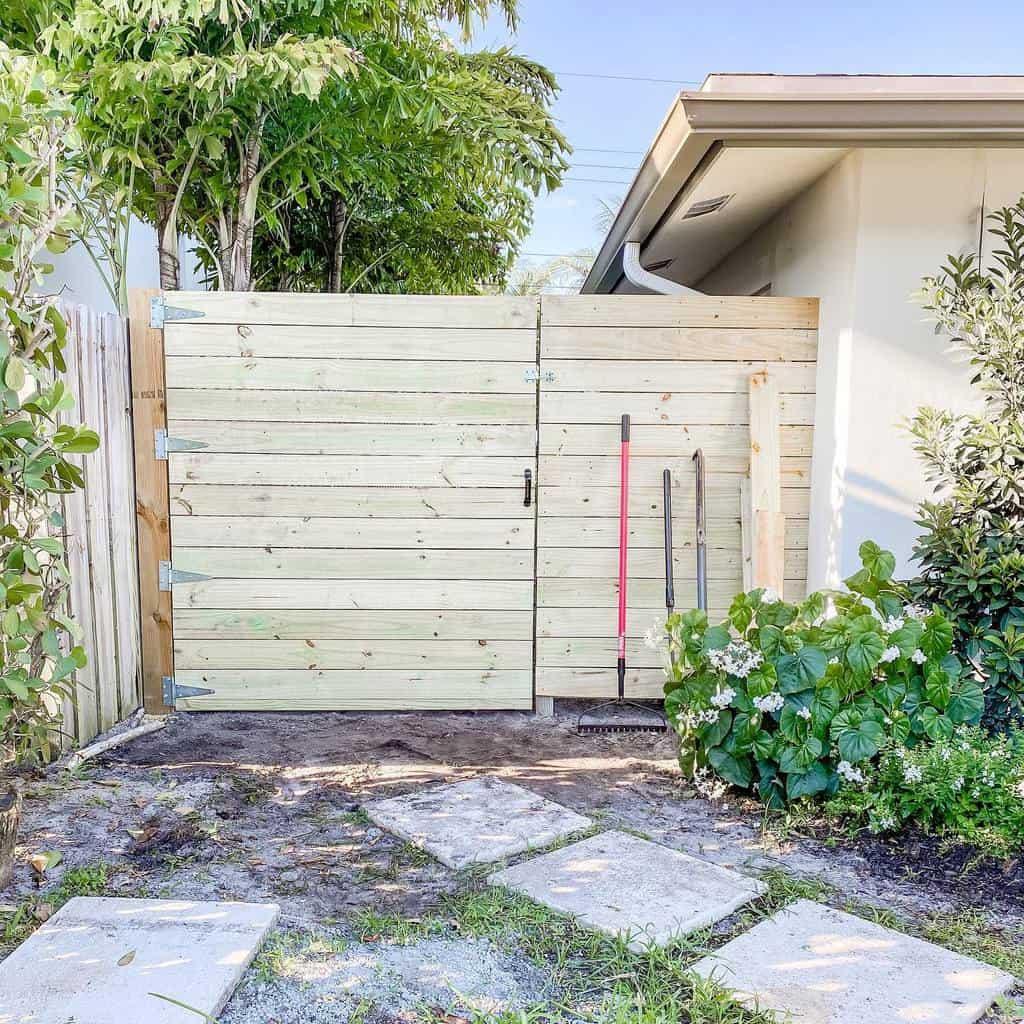 Outdoor Pallet Fence Ideas -modernday_farmhouse