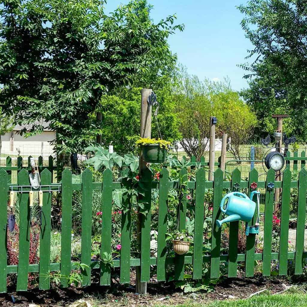 Painted Pallet Fence Ideas -laurasflowerpage