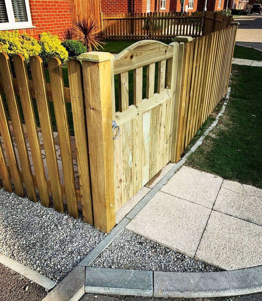 Picket Pallet Fence Ideas -hawkescreativebuilds