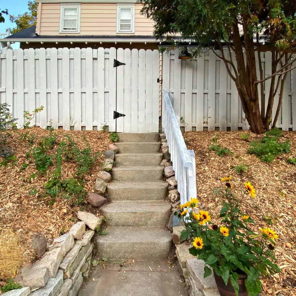 White Pallet Fence Ideas -faiadewolf