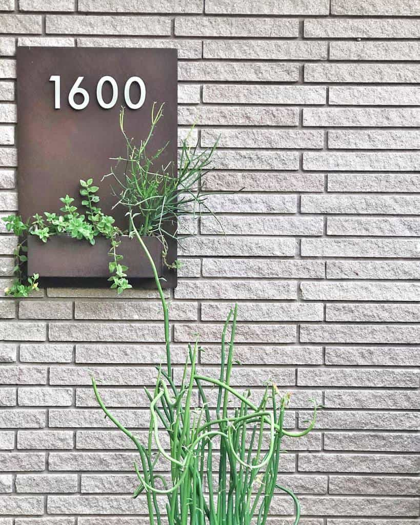 House Number Ideas with Planter -the_plaid_panda
