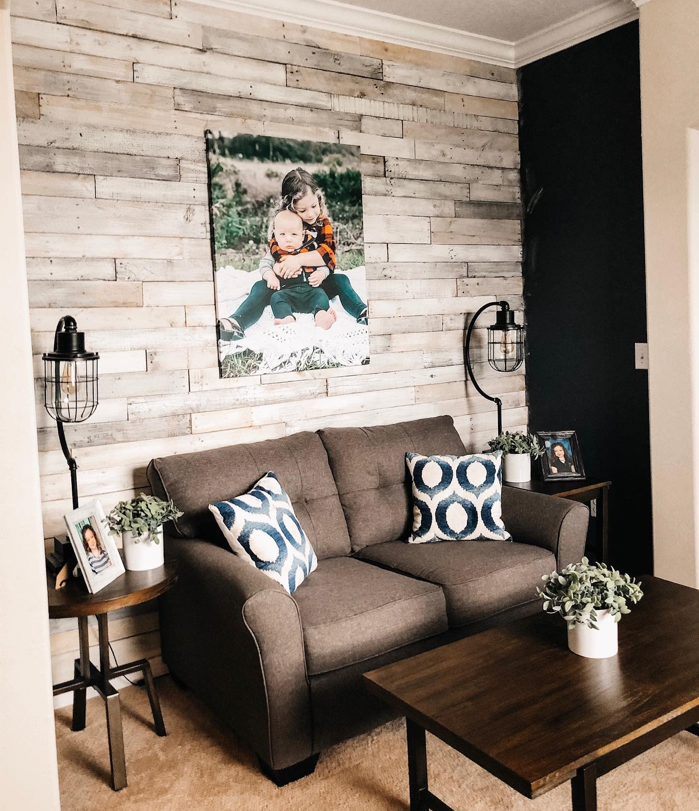 Modern Accent Wall Ideas for Living Room -beetreedesignco