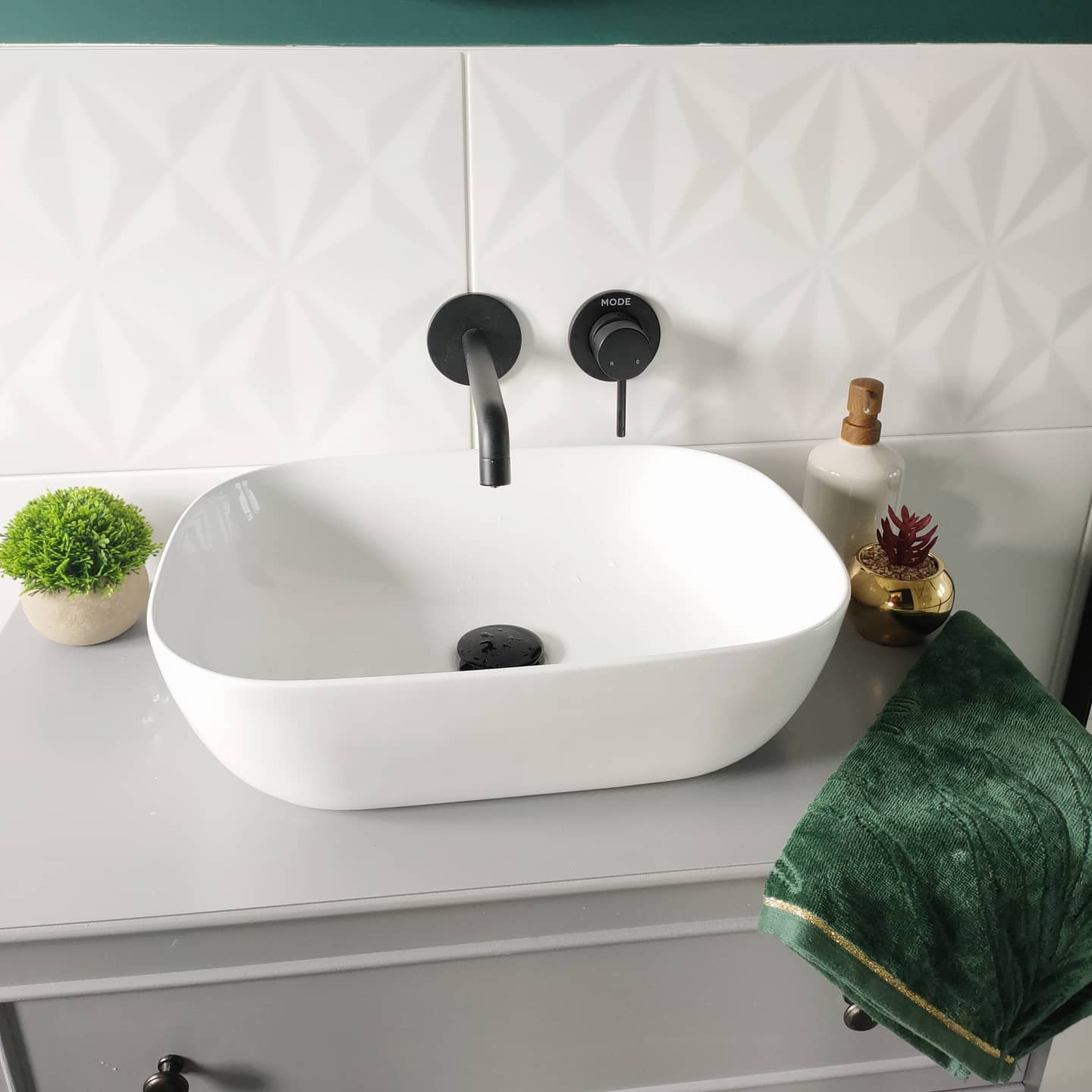 White Bathroom Backsplash Ideas -at_home_with_the_simpsons